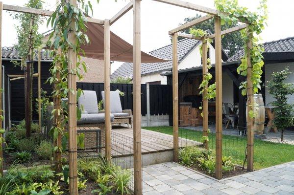Landelijke moderne tuin met overkapping Made