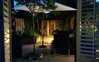 Landelijke strakke tuin in avond Made